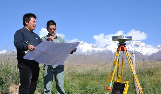 测绘队员正在进行地理国情普查