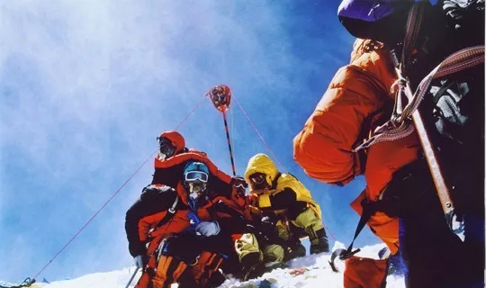 2005年,红色全站仪觇标竖立在珠峰之巅