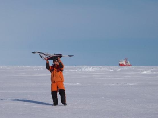 第33次南极考察的科研人员进行冰面无人机作业