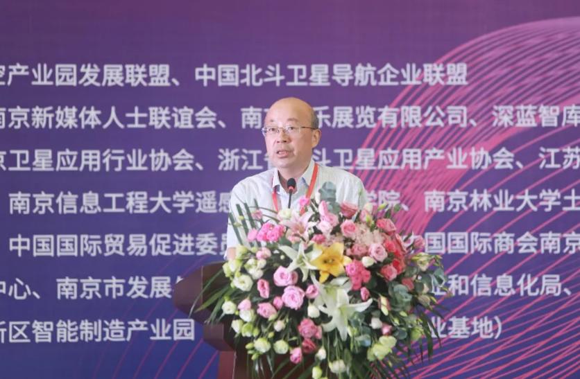 江苏省测绘地理信息局局长施建石登台致辞